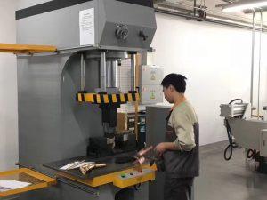Japan Client Testing Hydraulisk Press Machine i vår fabrikk